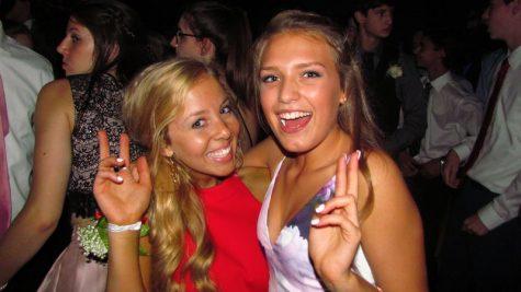 Estudiantes de segundo año Ally McGowan y Ellen Fazzio disfrutan su segundo homecoming en York.