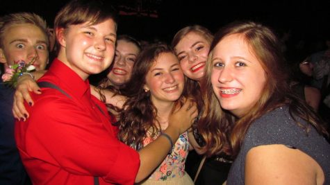 Los estudiantes no pudieron evitar sonreír en esta noche de homecoming.