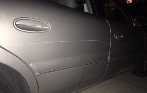 Una llave daña varios carros en incidente ocurrido en campus