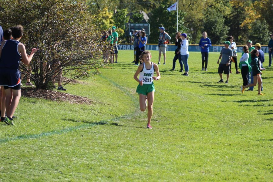 Freshman+and+top-runner+Brooke+Berger+races+past+the+crowd+in+the+varsity+race.+Oct.+19%2C+2019.